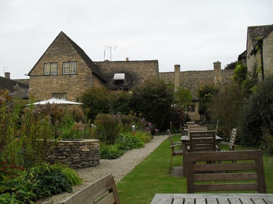 The Lamb Inn: Gardens at the rear of the Inn