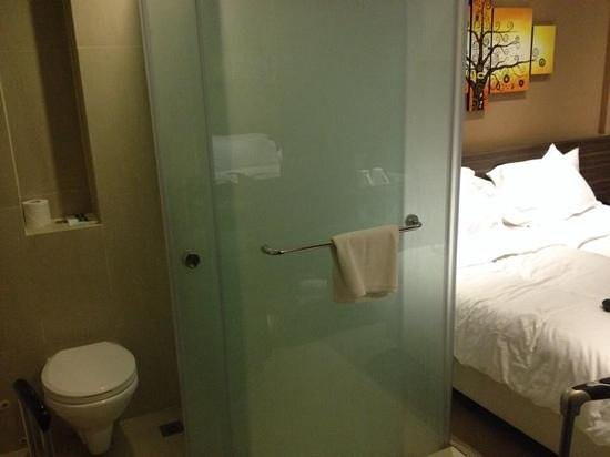 Bay Hotel Singapore: the restroom/bathroom just right next to the bed and is glass!