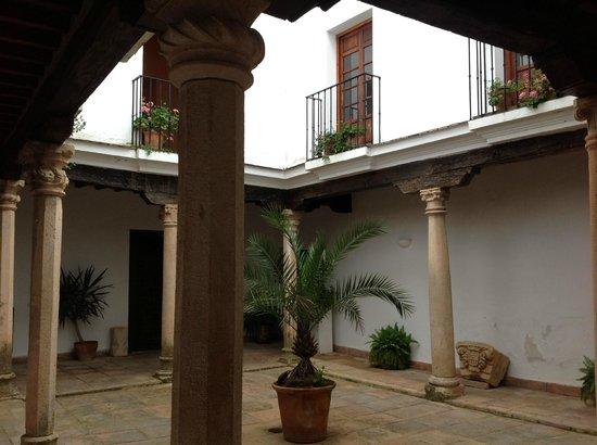 Palacio de Mondragón: Another courtyard