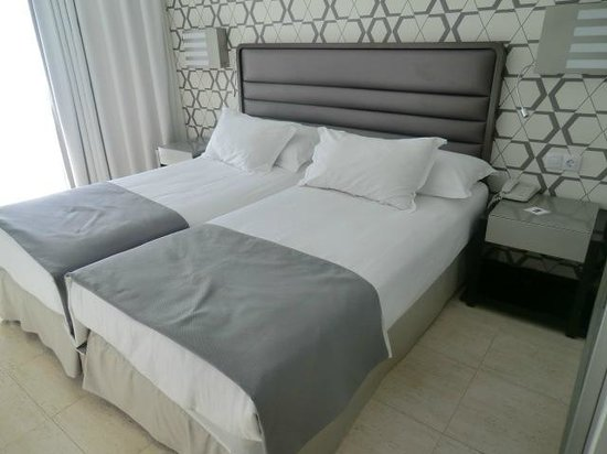 H10 Conquistador: Our Room, firm comfortable beds