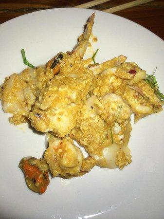 ร้านอาหาร ป กุ้งเผา: Hor Mok on plate you can see the seafoos
