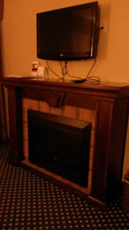 Holiday Inn Express Broken Arrow : Fireplace and television in commons/living area of suite