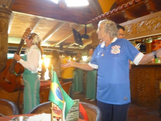 El Patio Tlaquepaque : a mamãe se divertindo com as mariachis
