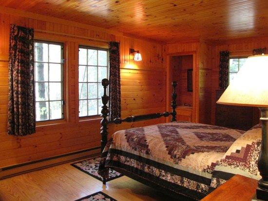 Migis Lodge: Queen bedroom in Beach