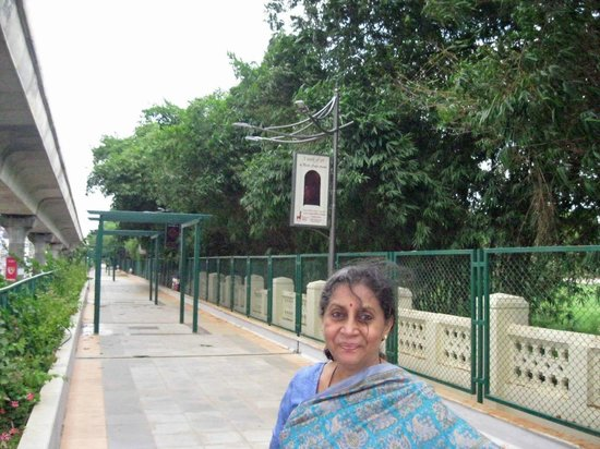 Rangoli Metro Art Center: above the RMAC, the old promenade - South Parade then, MG Road now