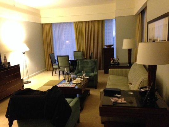 The Ritz-Carlton, Charlotte: Living room/dining
