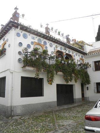 Play Granada: une magnifique maison de l'Albacyne décorée d'assiette bleues