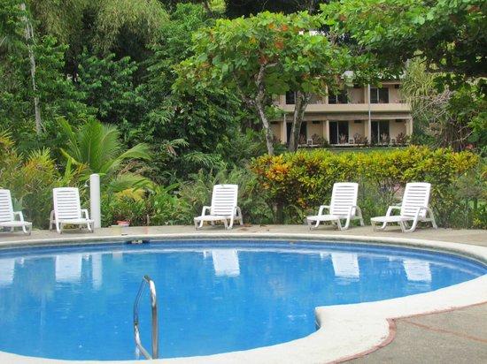 Karahe Beach Hotel: piscina y bloque de habitaciones
