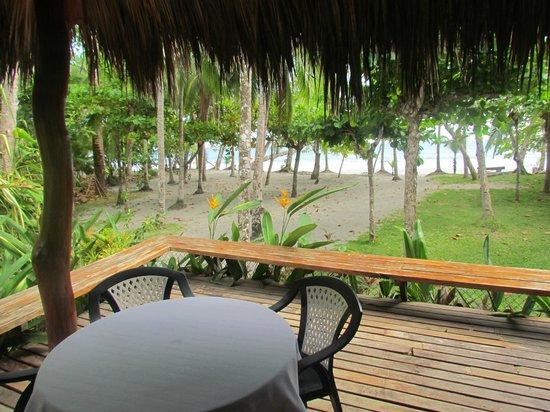 Karahe Beach Hotel: palapa comedor y salida a playa