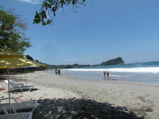 Karahe Beach Hotel : playa y parque nacional al fondo