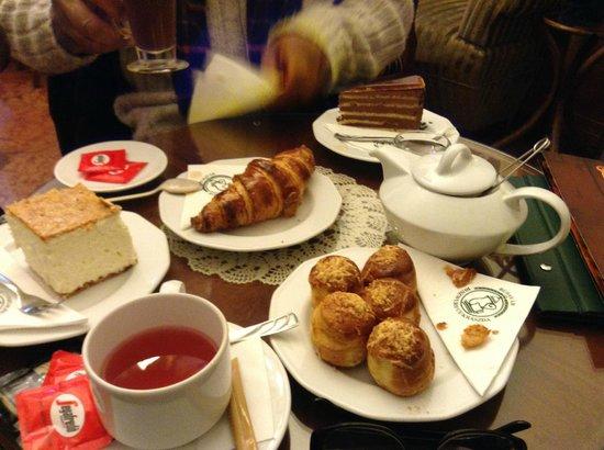 Budavar Ruszwurm Cukraszda : Pastry heaven!