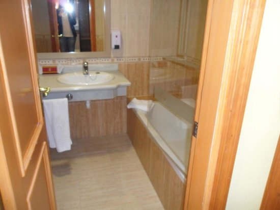 Fanabe Costa Sur Hotel: bathroom with his and hers sinks