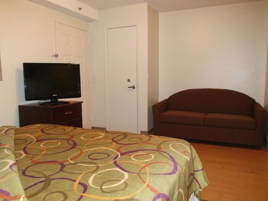 Home Towne Studios - Louisville: Sleeper sofa and television