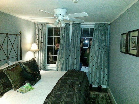 The Kenwood Inn: One of the bedrooms in the Bayview Suite