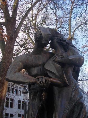 Burg Square: burg - statua innamorati