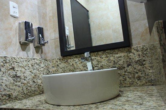 Grand Hotel Hernancor: Baño