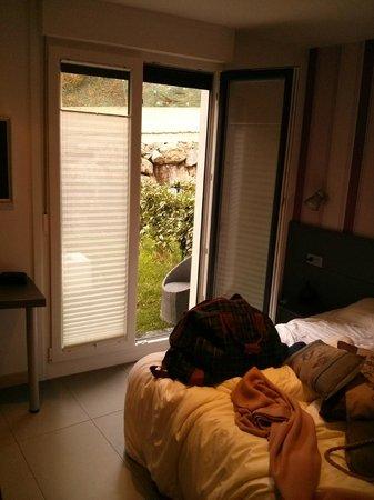 Hotel Txanka Erreka: Cama y acceso al jardincito privado.