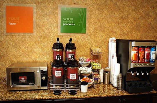 Comfort Suites Frisco: Breakfast counter