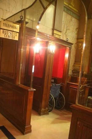 Hotel Metropole: Phonebooth reception