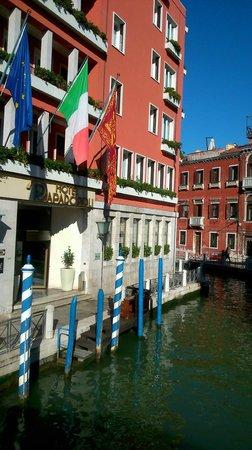 Hotel Papadopoli Venezia MGallery by Sofitel: Front entrance