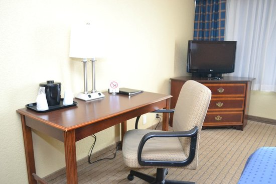 Clarion Inn Dayton Airport: Desk set