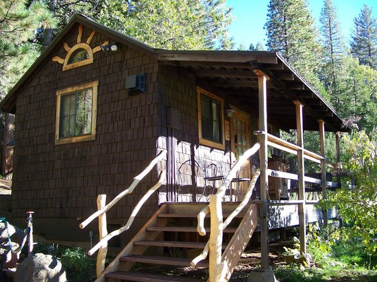 Sunset Inn Yosemite Vacation Cabins: Exterior of Meadow Lark Cabin