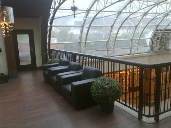 Lonsdale Quay Hotel : Lobby area overlooking Market area