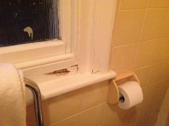 Heathlands Hotel Bournemouth : Bathroom window held closed by rot.