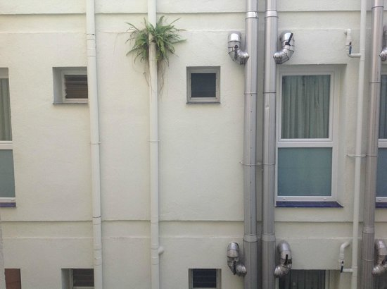 Hotel Don Paco : View from the bedroom to the noisy courtyard