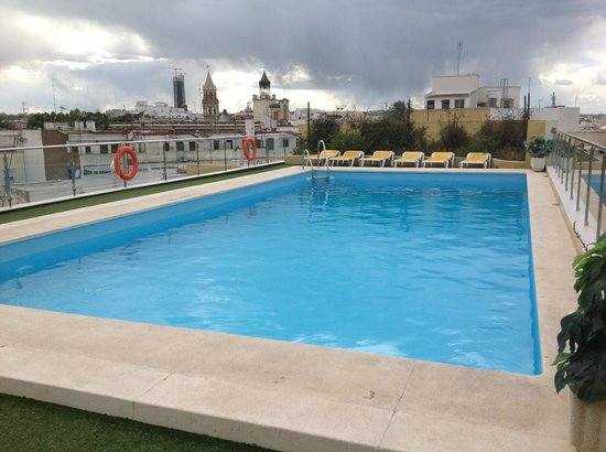 Hotel Don Paco: The hotel pool on floor 6