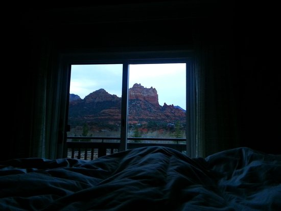 L'Auberge de Sedona: The morning view from our bed in the vista suite!