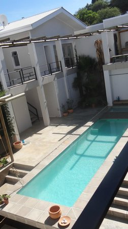 Villa Vista Guesthouse: Swiming pool with bedroom balconies on upper floor from our balcony