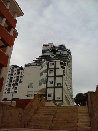 Hotel La Familia Gallo Rojo: El hotel visto desde el camino hacía el pueblo