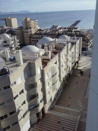 Hotel La Familia Gallo Rojo : Bajada hacía el pueblo y la playa