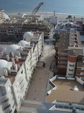Hotel La Familia Gallo Rojo: Bajada hacía el pueblo y la playa