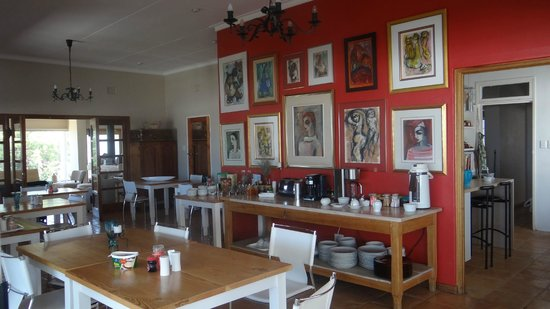 Villa Vista Guesthouse : Inside breakfast area - some interesting paintings