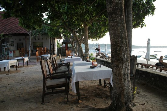 Nusa Indah Bungalows Surfer Beach Cafe: Restaurant al fresco