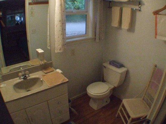 Outside Inn: Bathroom
