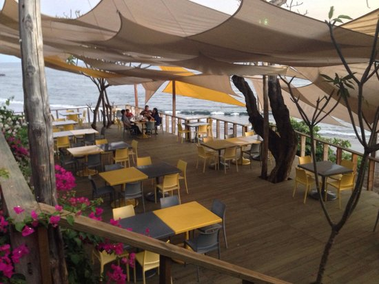 Cafe Sunzal: The deck where we sat, ate, drank, enjoyed !