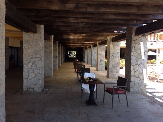 Pierre Mundo Imperial: Pasillo a la playa y lobby