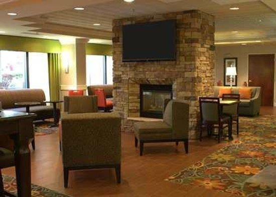 Hampton Inn Princeton: Fireplace Seating Area