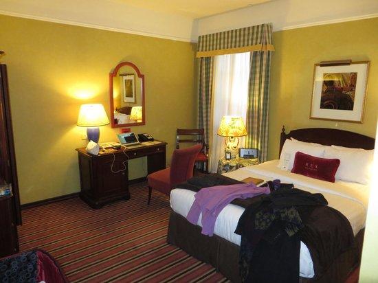 Hotel Rex, a Joie de Vivre hotel: Desk, mirror, queen bed