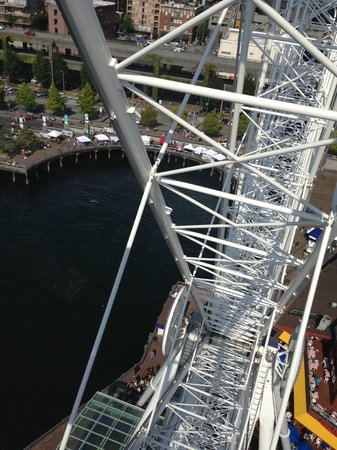 Seattle Great Wheel: Looking down from the top of the wheel