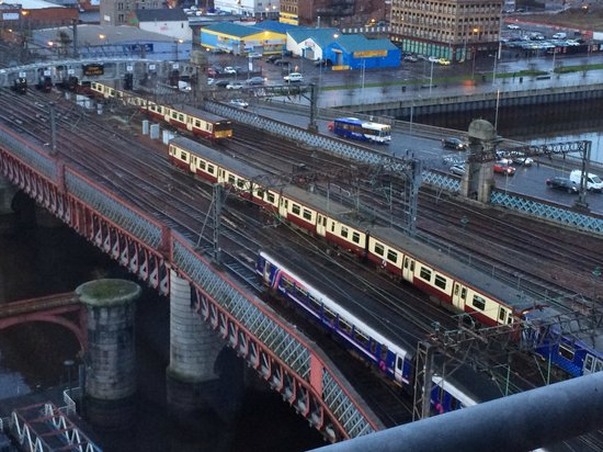 Jurys Inn Glasgow: Early morning view from the 11th floor. Ideal for train spotters.