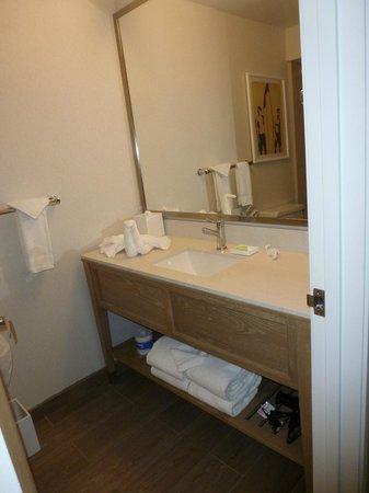 Blue Sea Beach Hotel: Nice finishes, clean bathroom.