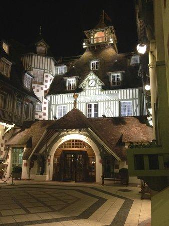 Hôtel Barrière Le Normandy Deauville : Hotel entrance by night