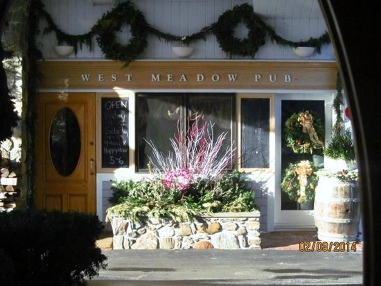 Meadowmere Resort: View of West Meadow Pub from the main reception door.