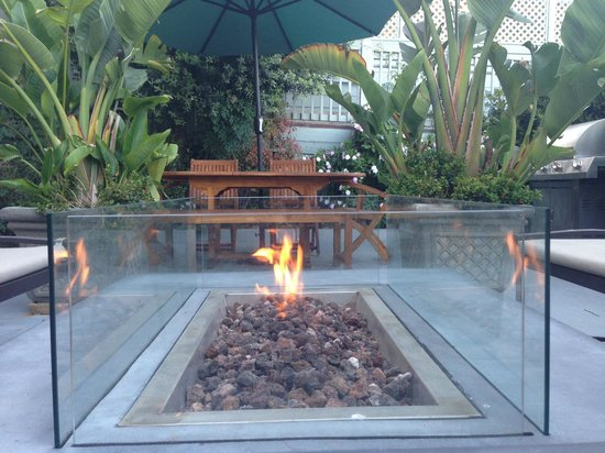 Pier View Suites: Fireplace in garden patio with coffee bar & hotel.