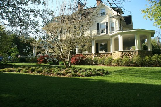 The Windover Inn Bed & Breakfast: A front view of the Inn in Spring