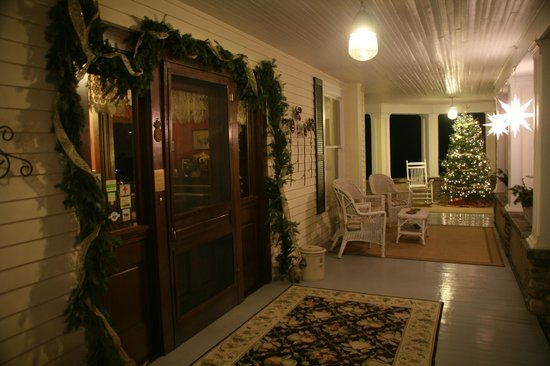 The Windover Inn Bed & Breakfast: Front porch during holidays.